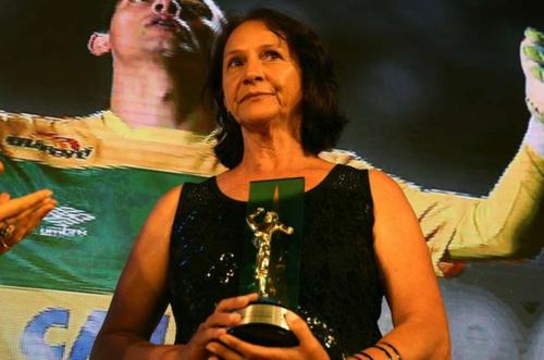 La madre de Danilo recibió el galardón. (Foto: Olé)