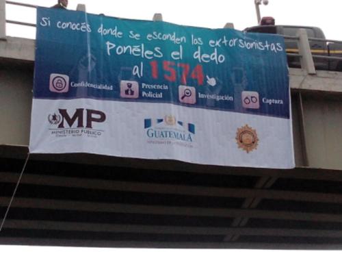 Una de las mantas colocadas en los ingresos a la ciudad de Guatemala que promueven el 1574. (Foto: MP)