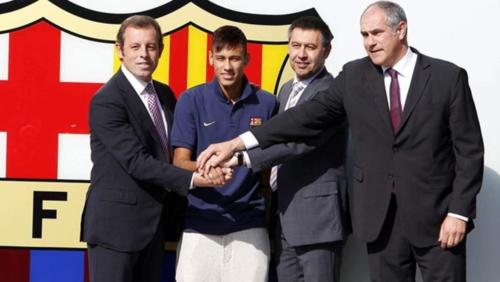 Neymar, con la directiva que cometió el delito. (Foto: Archivo Sport)