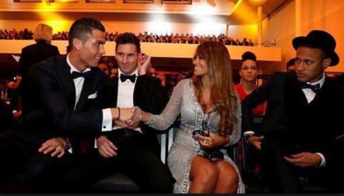 Cristiano saluda cordialmente a Antonella, pareja de Leo Messi. (Foto: Archivo Sport)