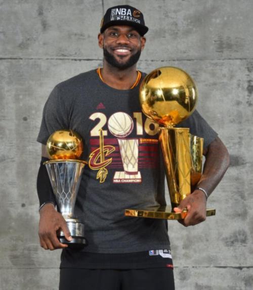 LeBron James, con los trofeos del campeonato y del jugador más valioso. (Foto: NBA)