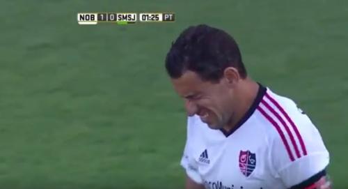Visible gesto de dolor de Maxi Rodríguez. (Captura de Pantalla)