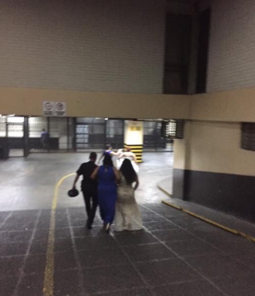 La novia y sus damas de honor corrieron por la rampa de acceso a las carceletas de Tribunales en busca del prometido. (Foto: Twitter/@FerTkuro)