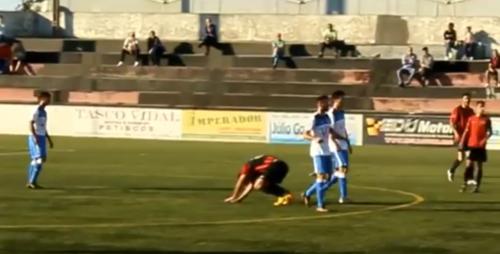 En un partido del Canelas pasan más tiempo en el suelo los jugadores rivales que la pelota. (Captura de Pantalla)