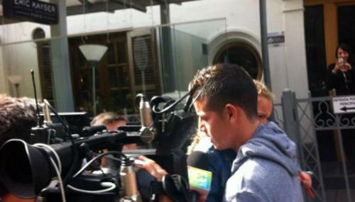 James, saliendo de la embajada. (Imagen: captura de pantalla)
