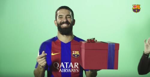 El turco Arda Turan es pura felicidad navideña. (Captura de Pantalla)