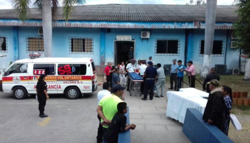 Según bomberos voluntarios, algunas personas fueron trasladadas en estado crítico al hospital de Salamá. (Foto: Facebook/Knal 4 Quiche)