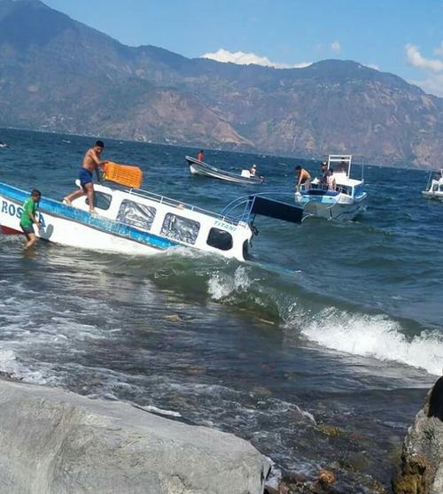 Una lancha naufragó en el lago de Atitlán. (Foto: @Knal4Quiché)