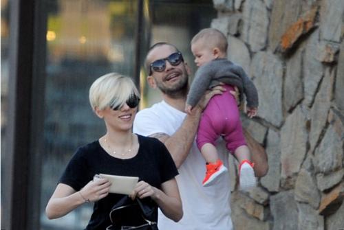 Scarlett Johansson, Romain Dauriac y la pequeña Rose Dorothy. (Foto: divinity.es)