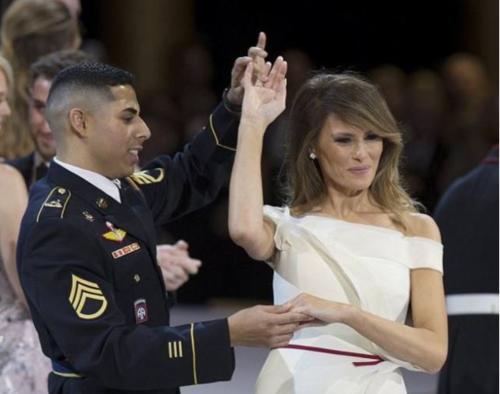 La Primera Dama se mostró feliz al bailar con el militar. (Foto: El Salvador)