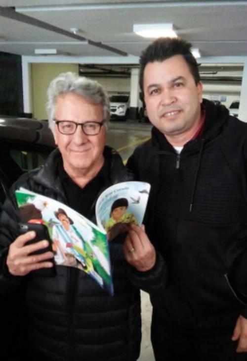 El guatemalteco Adolfo Cano aprovechó para tomarse una fotografía junto al actor con el libro de Corado. (Foto: Facebook)