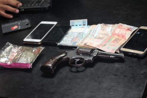 Los policías portaban el arma que le fue decomisada al menor, dinero en efectivo y tres teléfonos celulares. (Foto: PNC)