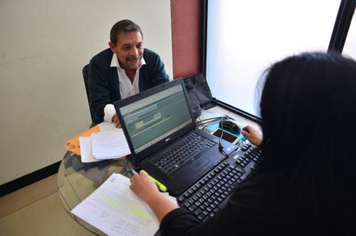 Representantes de diversas compañías empezaron a acercarse al IGSS con el fin de pagar. (Foto: Jesús Alfonso/Soy502)