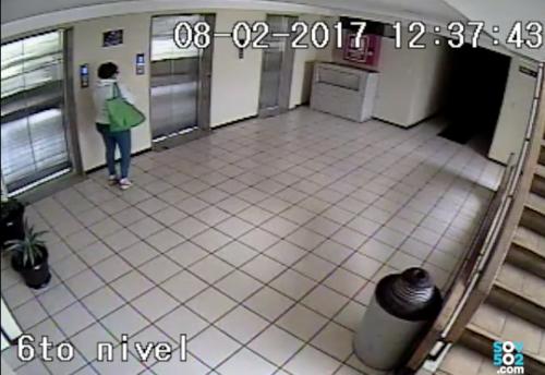 Stalling espera el elevador del edificio condominio Alameda.