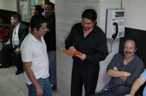 Personal de la Torre de Tribunales y abogados saludaron a los integrantes de Alux Nahual. (Foto: Alejandro Balán/Soy502)