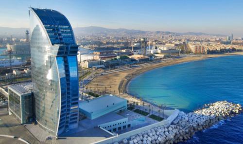 El W Barcelona está ubicado en una playa del mar Mediterráneo. (Foto: W Barcelona)