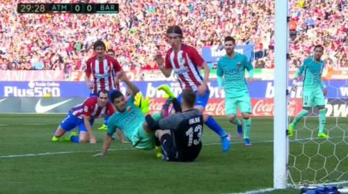 Suárez va con los pies por delante y golpea al portero del Atlético de Madrid. (Foto: Marca)