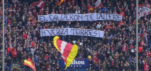 Ésta es la bandera desplegada por la afición colchonera en señal de apoyo al delantero español. (Foto: @elchiringuitotv)