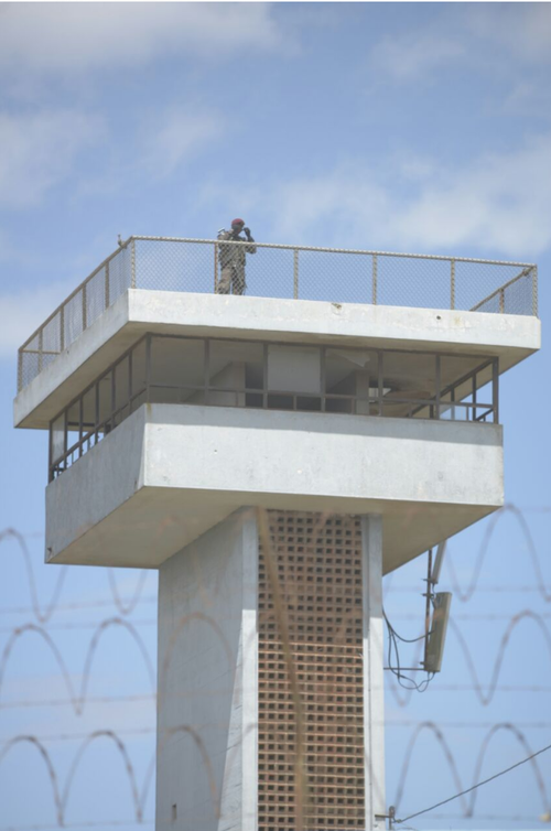 El nuevo centro carcelario cuenta con torres de vigilancia. (Foto: Wilder López/Soy502)