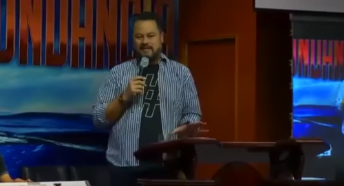 Sergio Guillermo Enríquez acostumbra a predicar en la iglesia que dirige su padre.  (Foto: Captura de Youtube)
