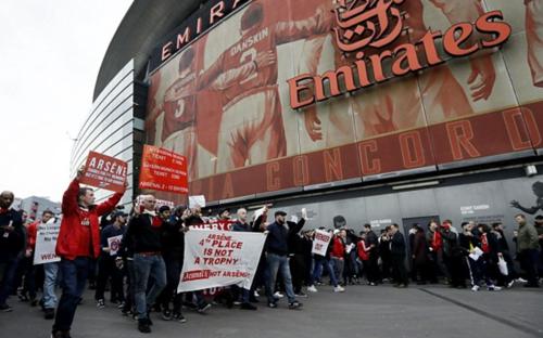 La fanaticada del Arsenal dio de qué hablar antes de enfrentar al Lincoln City de la quinta división de Inglaterra. (Foto: Daily Mail)