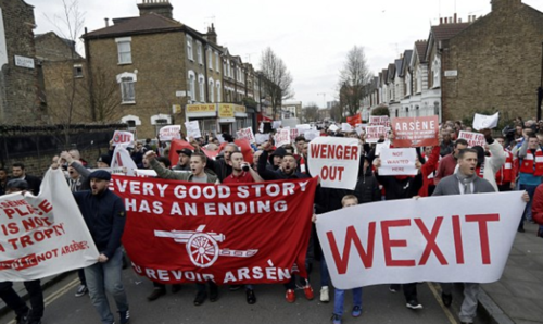 Los aficionados del Arsenal marcharon hacia el estadio Emirates. (Foto: Daily Mail)