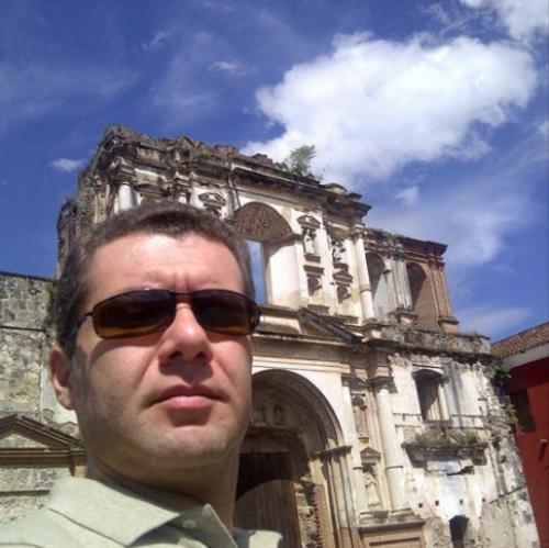 Ronaldo Cavenaghi, representante de Odebrecht que firmó el contrato, en un paseo por la Antigua Guatemala en 2014, según él mismo lo informó en redes sociales. (Foto: Soy502)