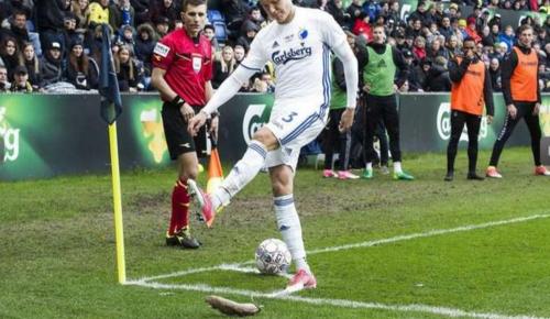 Los aficionados le lanzaron ratas al futbolista que se acercaba a patear un tiro de esquina. (Foto: Olé)