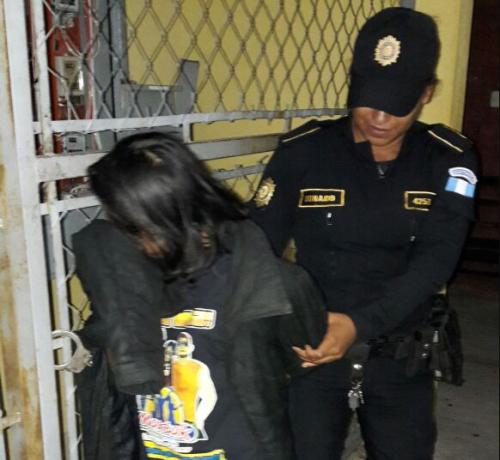 Rosa Sagastume fue trasladada a un juzgado por amenazas con arma blanca y cohecho activo. (Foto: PNC)