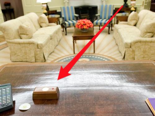 Este es el famoso botón rojo en el escritorio presidencial. (Foto: Business Insider)