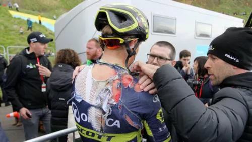 Los médicos del Tour de Yorkshire asistieron a los ciclistas accidentados. (Foto: Infobae)