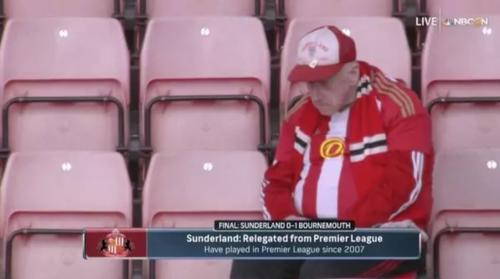 Este aficionado del Sunderland mostró su tristeza después del partido. (Foto: Infobae)