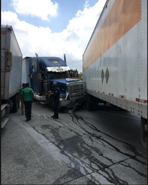 Dos camiones chocaron en la ruta al Atlántico. (Foto: Twitter/Estuardo Arredondo)