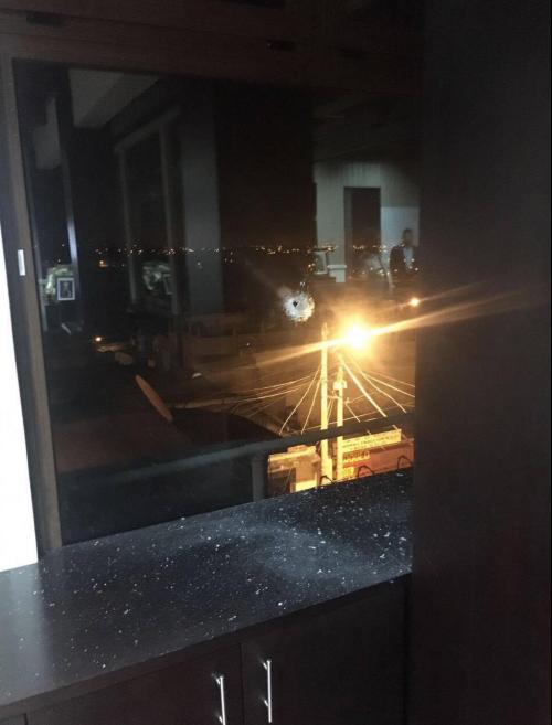 Uno de los disparos alcanzó la ventana de la oficina de Neto Bran. (Foto: Municipalidad de Mixco)