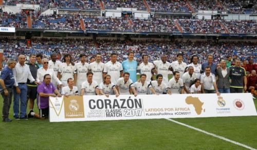 Los históricos madridistas se juntaron para la foto antes del inicio del partido. (Foto: Twitter)