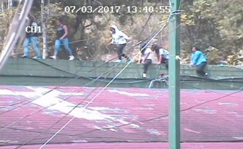 Una de las jóvenes cayó del muro por lo que fue trasladada a un centro asistencial. (Foto: MP)