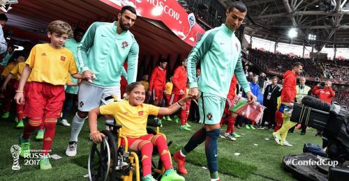 El delantero portugués saltó a la cancha acompañado de una niña en silla de ruedas. (Foto: FIFA)