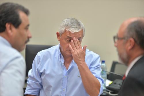 Pérez Molina estuvo acalorado la mayor parte del tiempo durante la audiencia, al igual que todos los presentes en la sala de audiencias donde el calor era intenso. (Foto: Wilder López/Soy502)