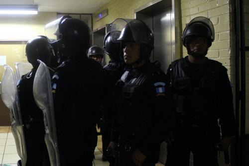 En la salida del ascensor, le esperaban nueve agentes de las Fuerzas Especiales para proteger su salida. (Foto: Alexis Batres/Soy502)
