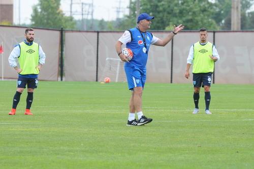 El ténico de la Selección de Guatemala, Iván Sopegno ensayó su posible alineación titular ante Trinidad y Tobago. (Foto: Aldo Martínez/NuestroDiario)