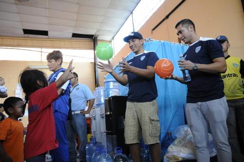 Los seleccionados nacionales compartieron con los niños del albergue en Santa Catarina Pinula, tras la tragedia en el Cambray. (Foto:Orlando Chile)