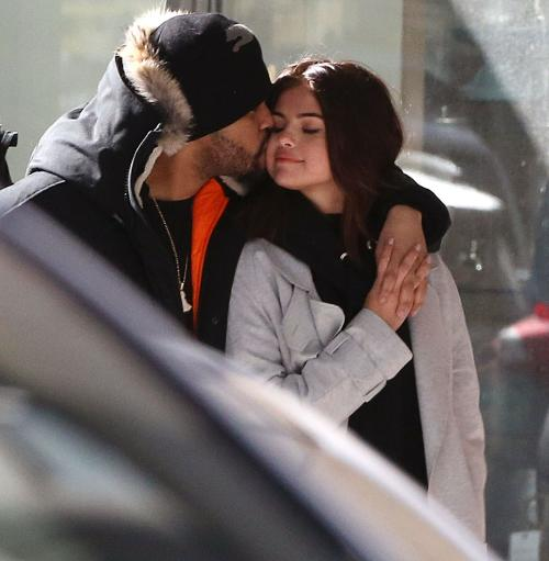 Selena y The Weeknd paseando juntos en Toronto, Canadá, hogar del cantante. (Foto: Sean Oneil/PacificCoastNews)