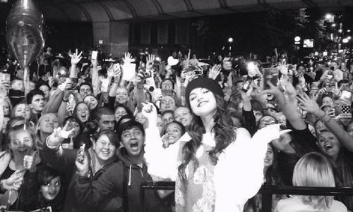 Selena subió una foto con sus fans para reactivarse en redes de nuevo. (Foto: Instagram)