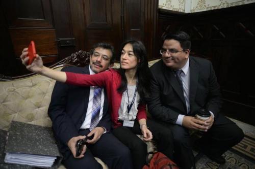 """La ministra se tomó una """"selfie"""" en el despacho presidencial del Congreso, mientras esperaba ser notificada oficialmente de la suspensión definitiva de la interpelación. (Foto: Wilder López/Soy502)"""