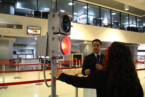 Las personas que ingresen al país por vía aérea se encontrarán con un semáforo que determinará quien pasa por revisión y quien no. (Foto: Alexis Batres/Soy502)