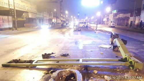 El paso quedó paralizado sobre la avenida Bolívar y 33 calle por varias horas. (Foto: @Jvelasquez340 / Twitter)
