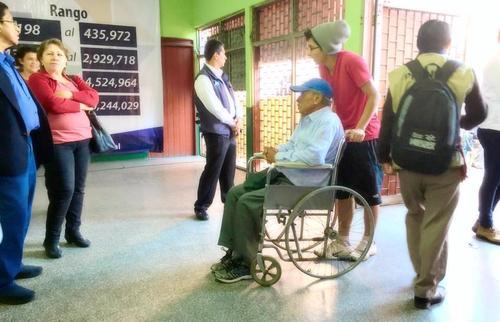 En los centros de votación no existen rampas para el fácil acceso de quienes acuden en silla de ruedas a emitir el sufragio. (Foto: Soy502/Marcela Fernández)