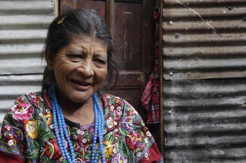 Doña Julita es un gran ejemplo para las madres y que a pesar de su edad, aún tiene fuerzas para cuidar de su hijo, pero pronto tendrá que contar con ayuda de otras personas ya que el tiempo no se detiene y hace estragos en su salud. (Foto: Fredy Hernández/Soy502)