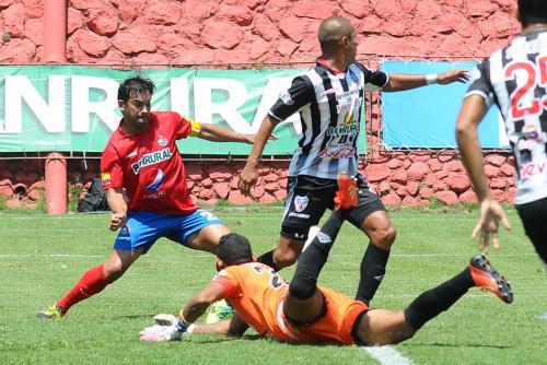 Carlos Ruiz a punto de rematar y marcar el primer gol de Municipal que superó a Heredia 3-2. (Foto: Sergio Muñoz/Nuestro Diario)