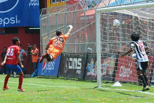 Potente y colocado remate con la cabeza de Carlos  El Pezcado Ruiz, para el segundo gol de Municipal que venció 3-2 a Heredia en el Trebol. (Foto: Sergio Muñoz/Nuestro Diario)